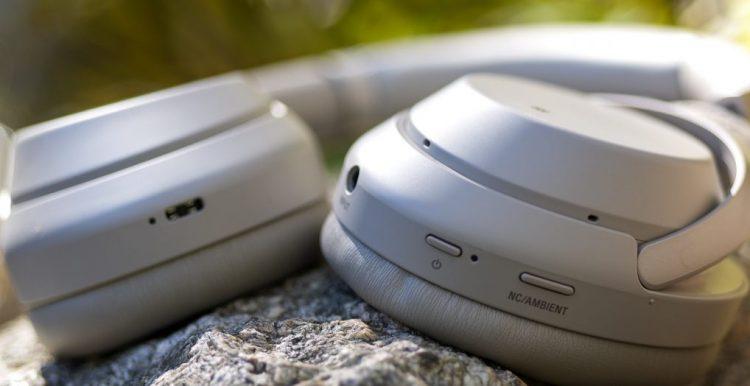 Il y a une poignée de boutons sur le Sony WH-1000XM3, mais vous utiliserez principalement les commandes de balayage et ce port de charge USB-C.