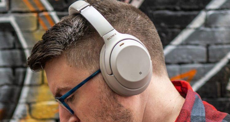 L'extérieur du Sony WH-1000XM3 est doté d'un matériau doux au toucher.